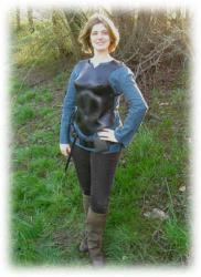 schwarzeanatomischgeformtefrauenruestung.jpg