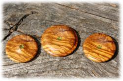 dreiolivenholzholzamulettemitperidot01.jpg