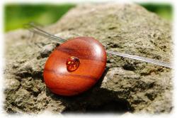 padoukkorallenholzamulettanhaengermitbernsteinammetallhalsreif01.jpg