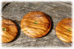 dreiolivenholzholzamulettemitperidot01nah.jpg