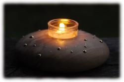 olivenholzfreifornteelichthaltermitmessingeinlagen.jpg