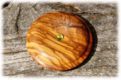 olivenholzholzamulettemitperidot02.jpg