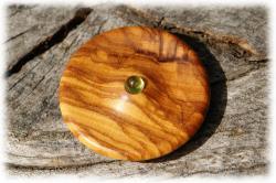 olivenholzholzamulettemitperidot03.jpg