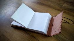 ledergebundenesbuch1220203.jpg